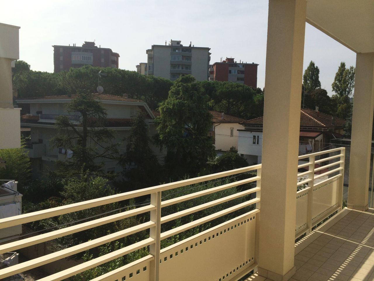 ATTICO DUPLEX: Abitazione 137 mq, Logge 19 mq, balcone 6 mq, Lastrico 42 mq. Soggiorno con angolo cottura, tre camere doppi servizi. Volendo garage, cantina o posto auto.