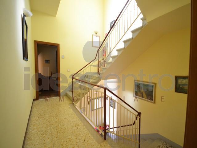 Villa vendita MONTECARLO (LU) - 7 LOCALI - 510 MQ