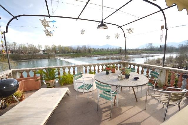 Villa in vendita a Lucca, 14 locali, prezzo € 600.000 | CambioCasa.it