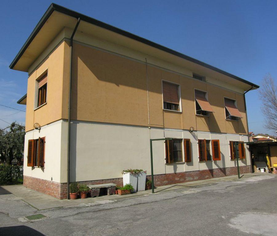 Villa in vendita a Capannori, 14 locali, prezzo € 380.000 | CambioCasa.it