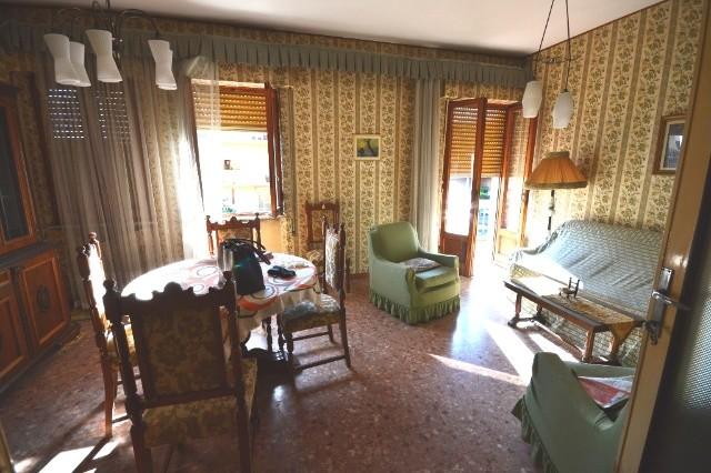Appartamento in vendita a Lucca, 5 locali, prezzo € 140.000 | CambioCasa.it