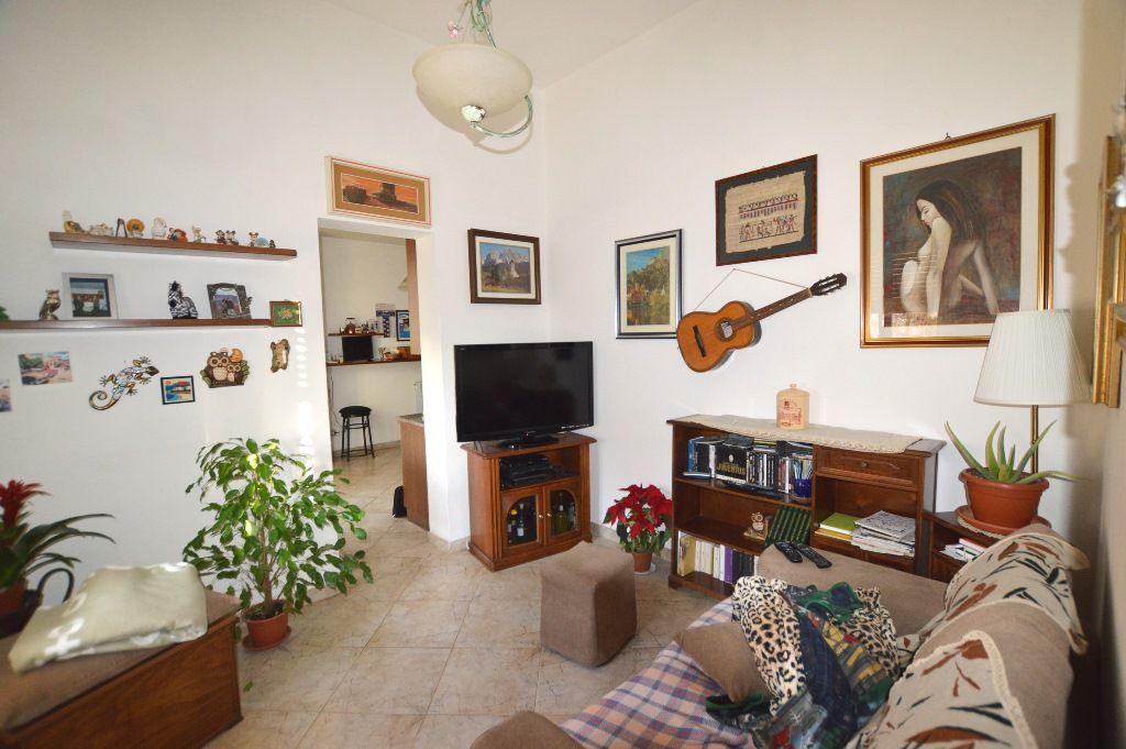 Soluzione Indipendente in vendita a Lucca, 8 locali, prezzo € 230.000 | CambioCasa.it