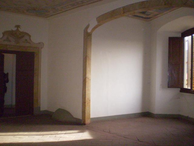 CENTRO bellissimo  appartamento  IN PALAZZO STORICO composto di 9 VANI MQ 290 con doppi servizi OLTRE AMPIA CANTINA MQ 30 E 2 POSTI AUTOTERMOSINGOLO BUONO STATO FRAZIONABILE IN PIU' APPARTAMENTI