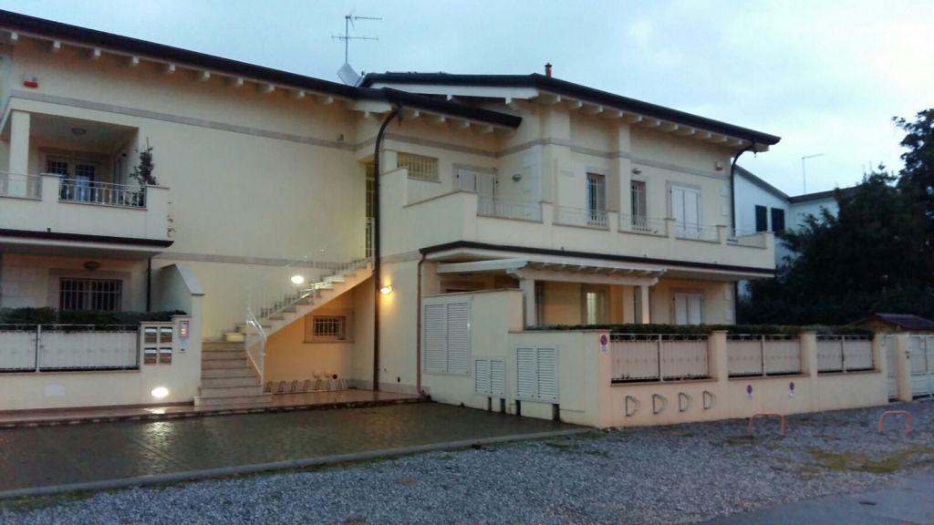Appartamento in vendita a Montignoso, 3 locali, zona Località: CINQUALE, prezzo € 365.000 | Cambio Casa.it