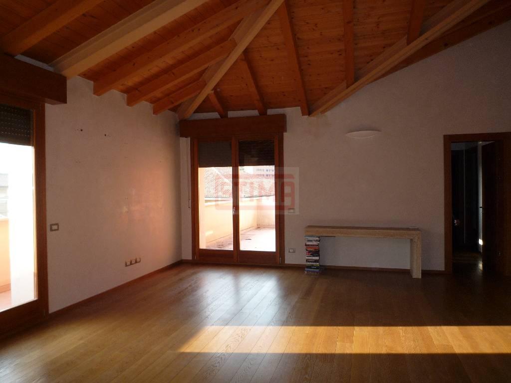 Attico / Mansarda in affitto a Treviso, 6 locali, prezzo € 1.500 | CambioCasa.it