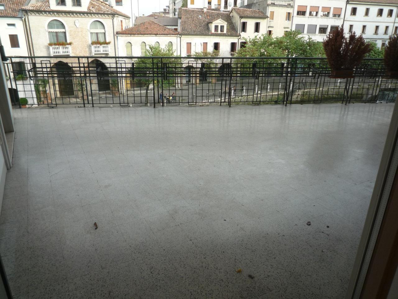 Appartamento in affitto a Treviso, 11 locali, prezzo € 2.300 | CambioCasa.it
