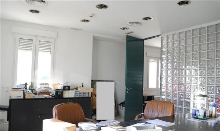 Flaminio affittasi ufficio A/10 Mq. 300 coperti, in palazzo prestigioso, 3°piano, in buono stato manutentivo. La proprietà è composta da ingresso con reception, 6 camere e 3 servizi. Ottima posizione centrale, presenza di attività commerciali, elevato pas Rif. 6134543