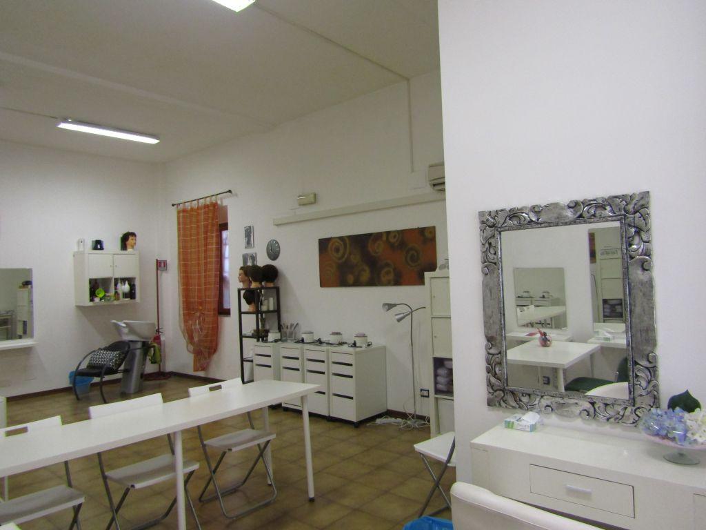 Negozio / Locale in affitto a Piombino, 3 locali, prezzo € 900   CambioCasa.it