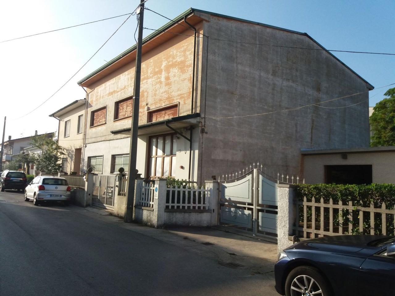Capannone in vendita a Viareggio, 4 locali, prezzo € 170.000 | CambioCasa.it