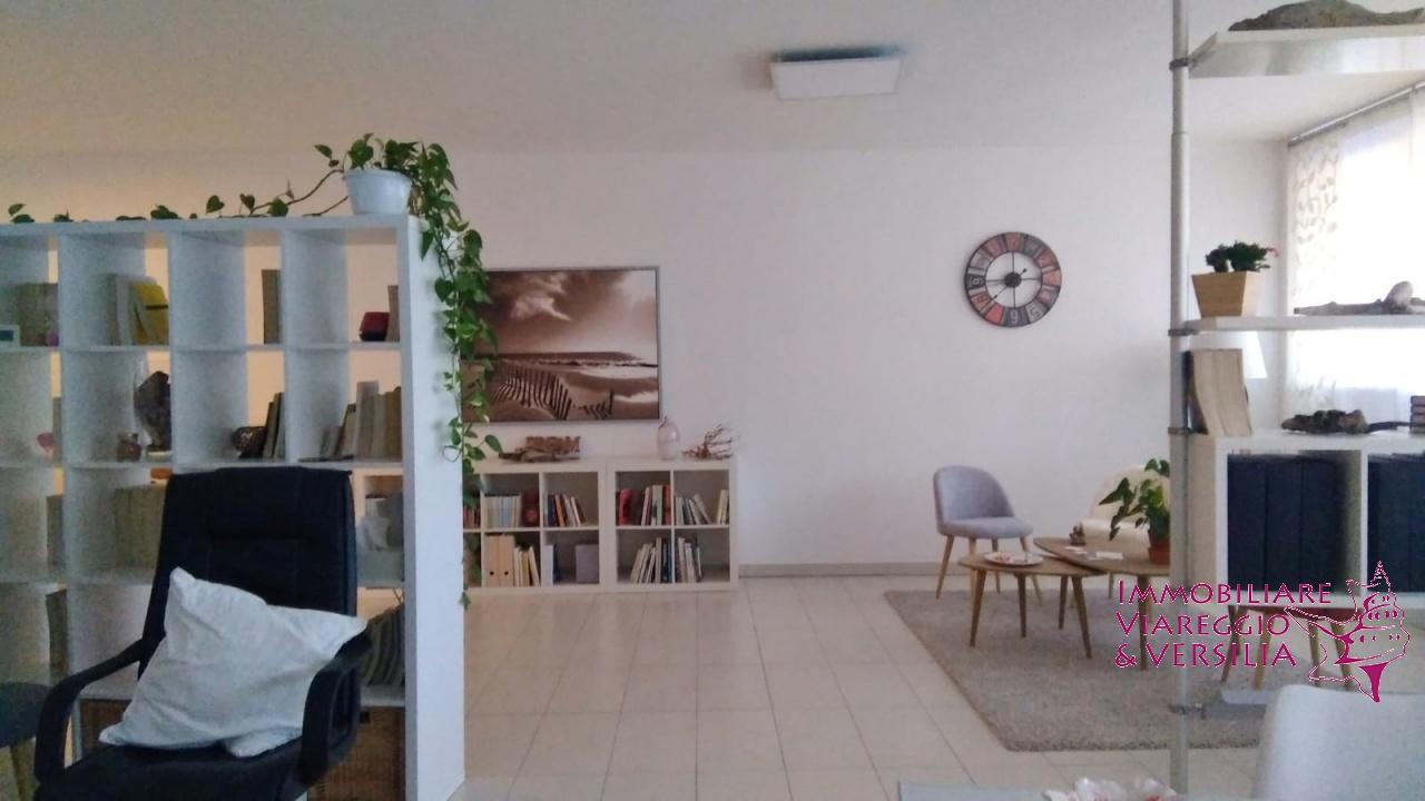 Ufficio / Studio in vendita a Camaiore, 1 locali, prezzo € 220.000   CambioCasa.it