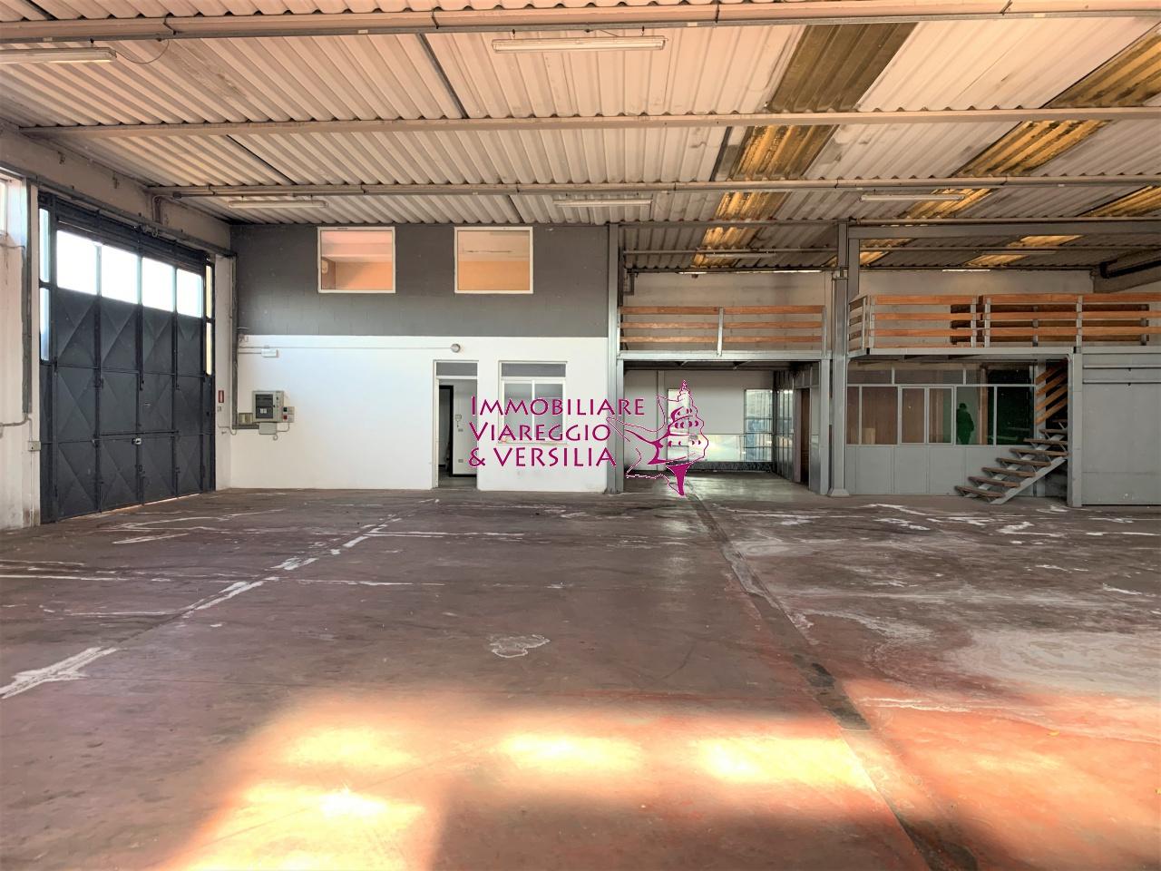 Negozio / Locale in affitto a Camaiore, 3 locali, prezzo € 1.900 | CambioCasa.it