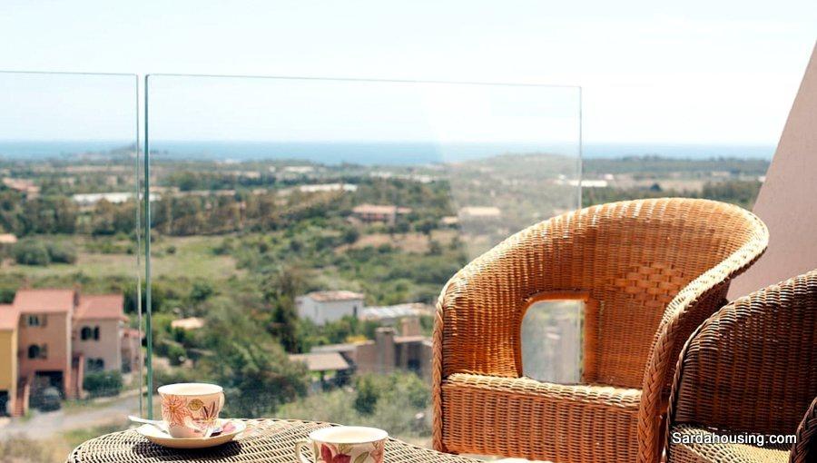 A Is Molas, un appartamento bilocale con magnifica vista sulla costa meridionale in Sardegna, a due passi dal campo da golf.