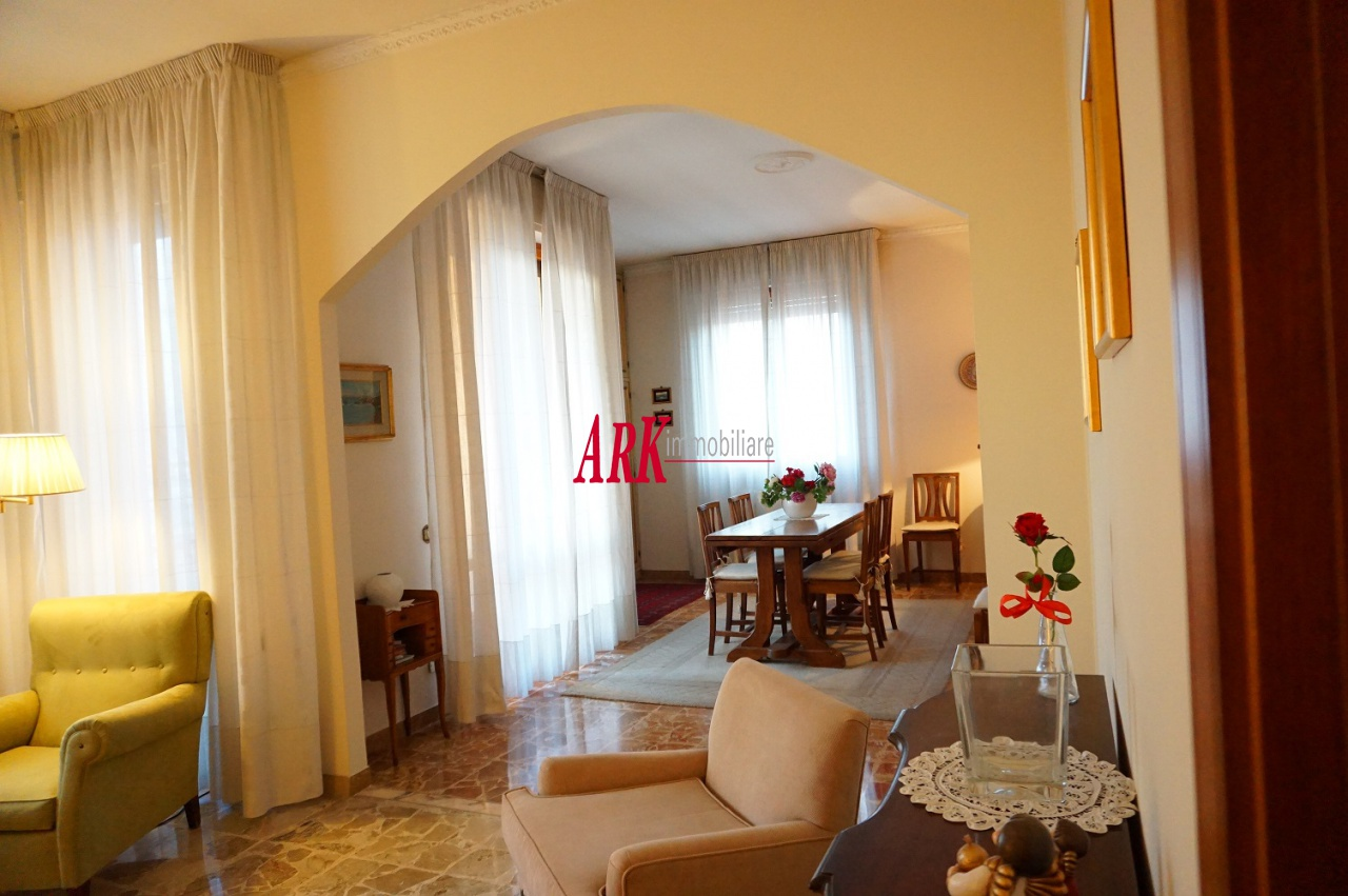 Appartamento in buone condizioni in vendita Rif. 9840065