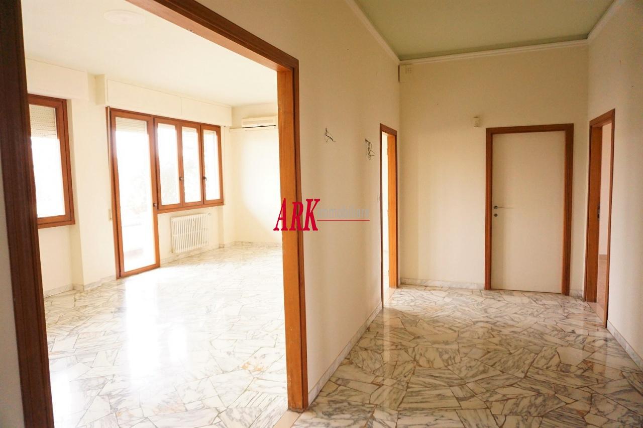 Appartamento in buone condizioni in vendita Rif. 9840068