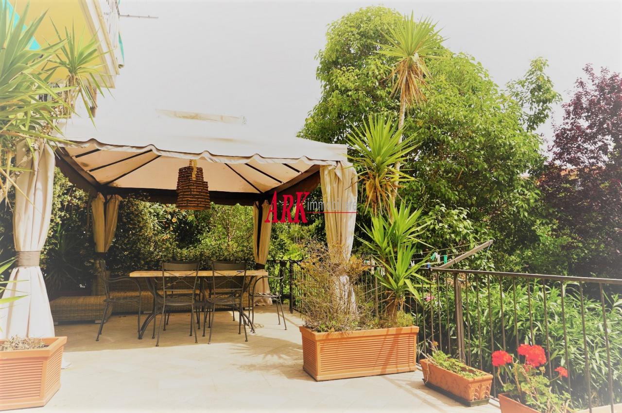 PIAZZA LEOPOLDO. Bell' appartamento di 4 vani con terrazzo di 40 mq., giardino di 125 mq., doppio ingresso e cantina. L' immobile collocato ad un piano terreno rialzato è comunque luminoso grazie all' ottima esposizione. Due sono gli ingressi all' appartamento ed è composto da un ampio salone di ben 32 mq. e cucina abitabile da cui si accede ad un grande spazio verde suddiviso in terrazza di 40 mq. e giardino di 125 mq., 1 camera ed uno studio. Il servizio è con finestra e doccia.Cantina. Termosingolo.