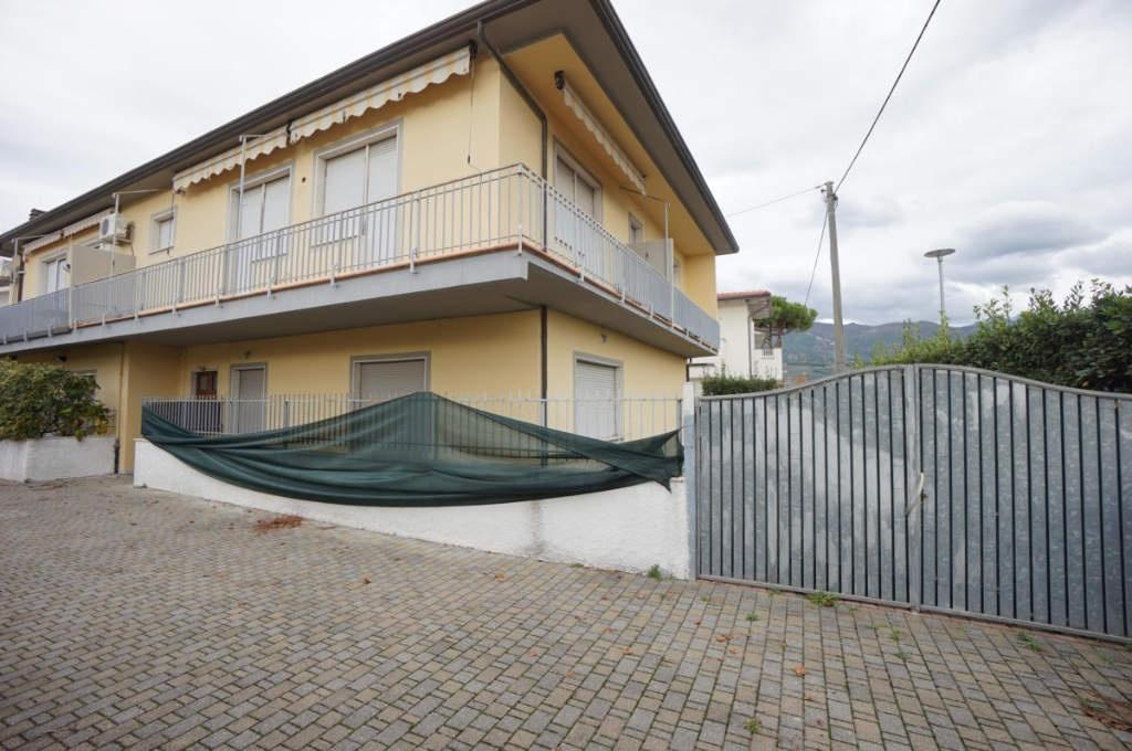 Appartamento in discrete condizioni in vendita Rif. 11548006