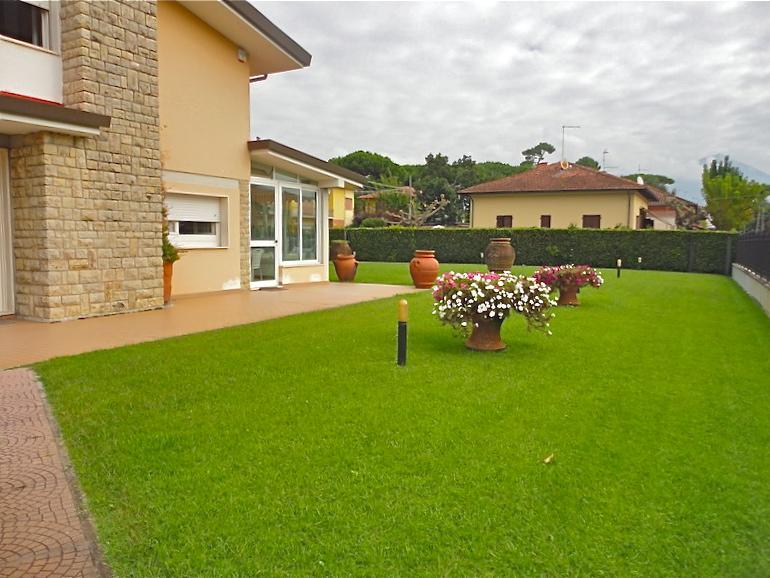 Palazzo / Stabile in vendita a Pietrasanta, 9 locali, Trattative riservate | CambioCasa.it