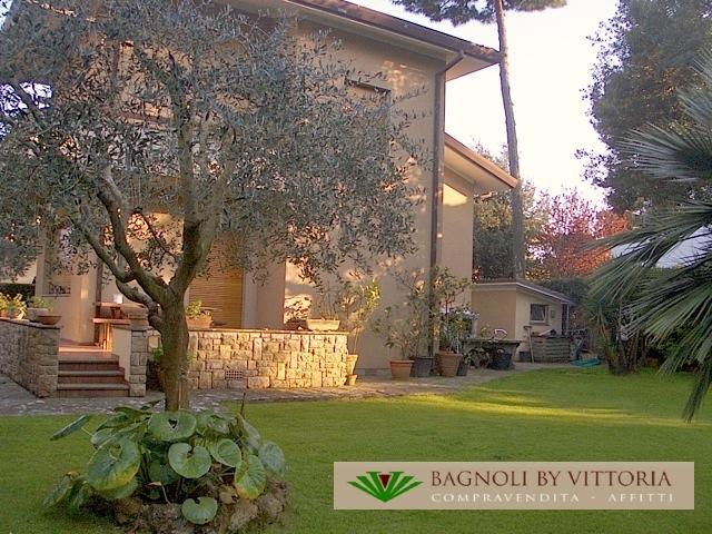 Villa in affitto a Pietrasanta, 8 locali, zona Località: MARINA DI PIETRASANTA, Prezzo trattabile | Cambio Casa.it