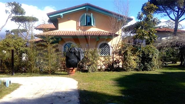 Villa in affitto a Pietrasanta, 7 locali, zona Località: GENERICA, prezzo € 22.000 | Cambio Casa.it