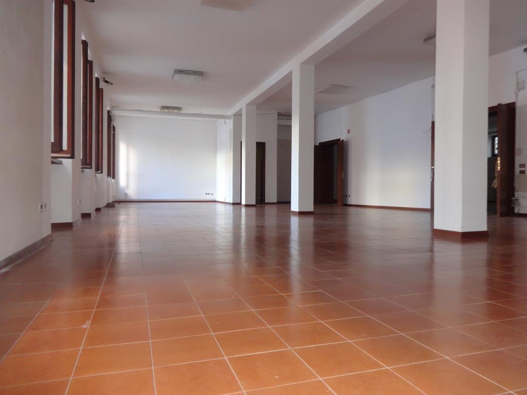 Attività commerciale ristrutturato in affitto Rif. 5718858