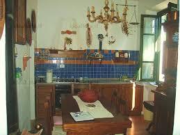 Appartamento al piano terra, ingresso indipendente, completamente ristrutturato ed arredato, composto da soggiorno con angolo cottura, camera matrimoniale, camera singola, bagno. Riscaldamento autonomo con stufa a pellet.