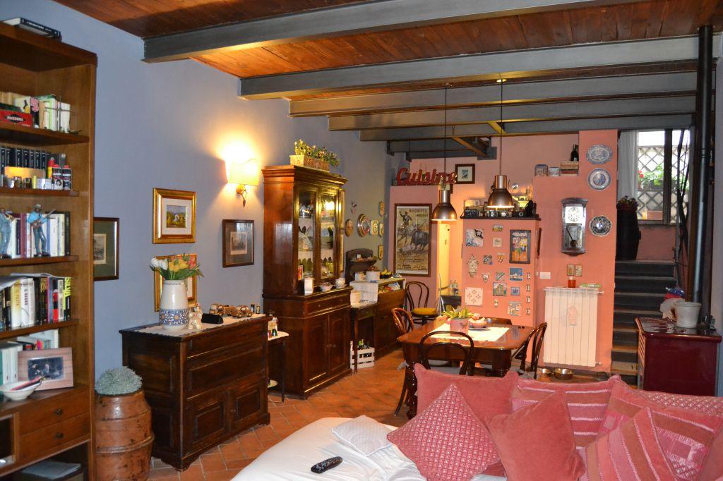 Appartamento indipendente in centro storico a Massa Marittima, composto al primo piano <br /> da ingresso, salone con angolo cottura e bagno, al secondo piano due camere matrimoniali, bagno e rispostiglio. Stato ottimo e riscaldamento autonomo.