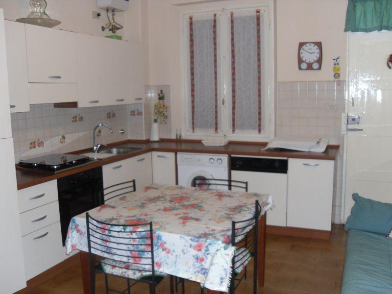 Appartamento di 65 mq in piccola palazzina, composto da cucina abitabile con stufa a legna, 2 camere matrimoniali, bagno e piccolo sottoscala adibito a ripostiglio. Prezzo interessante...