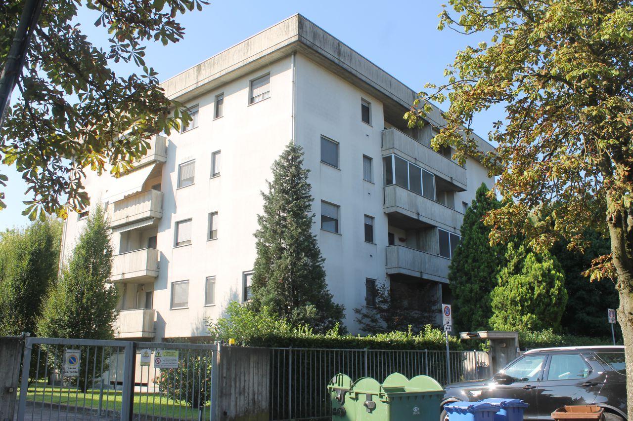 Appartamento in buone condizioni arredato in vendita Rif. 9819688