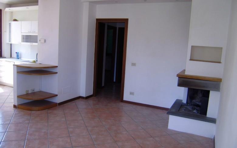 Zona residenziale, a 300 mt. dal centro, vendiamo appartamento di recente costruzione posto al piano primo, superficie circa mq. 65, avente ingresso i