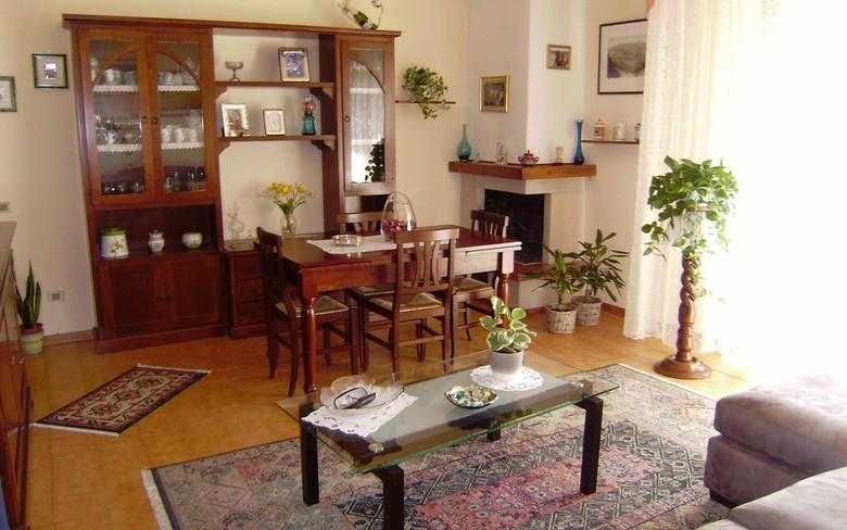 Pressi centro, vicino ai principali servizi, in zona ariosa e verdeggiante, vendiamo appartamento posto al secondo piano di un piccolo condominio di 6