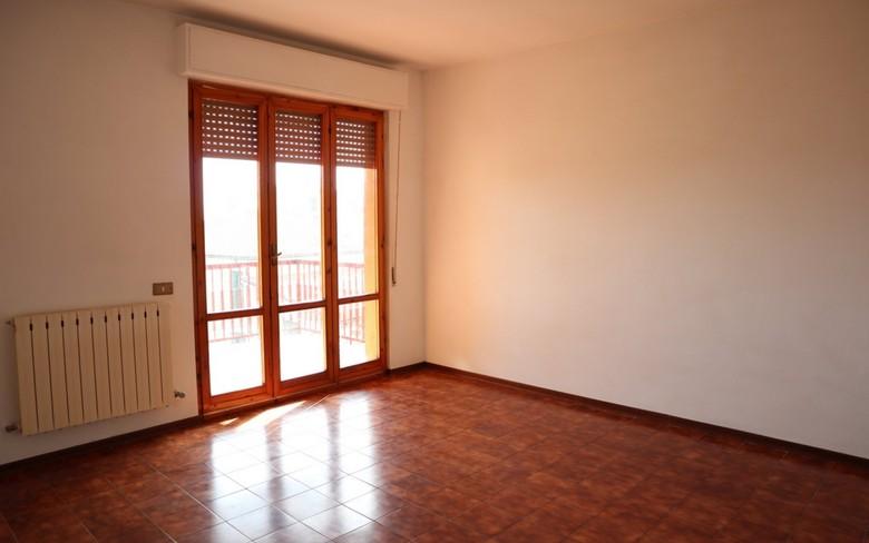 Appartamento posto al terzo ed ultimo piano di una palazzina condominiale ubicata a circa 200 mt. dal centro, superficie circa mq. 100