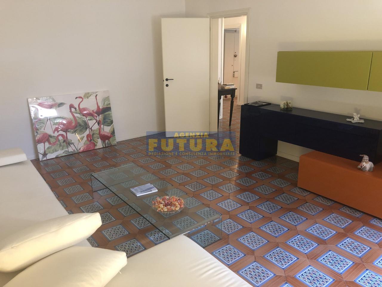 Appartamento in buone condizioni in vendita Rif. 11010206