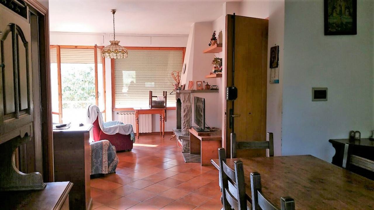 Posizione soleggiata, al 1° piano, composto da cucina abitabile, sala con camino, 2 camere matrimoniali e una singola, 2 servizi e 2 terrazze abitabili. Completa il tutto un giardino privato di mq. 60 circa e un garage di 18 mq.