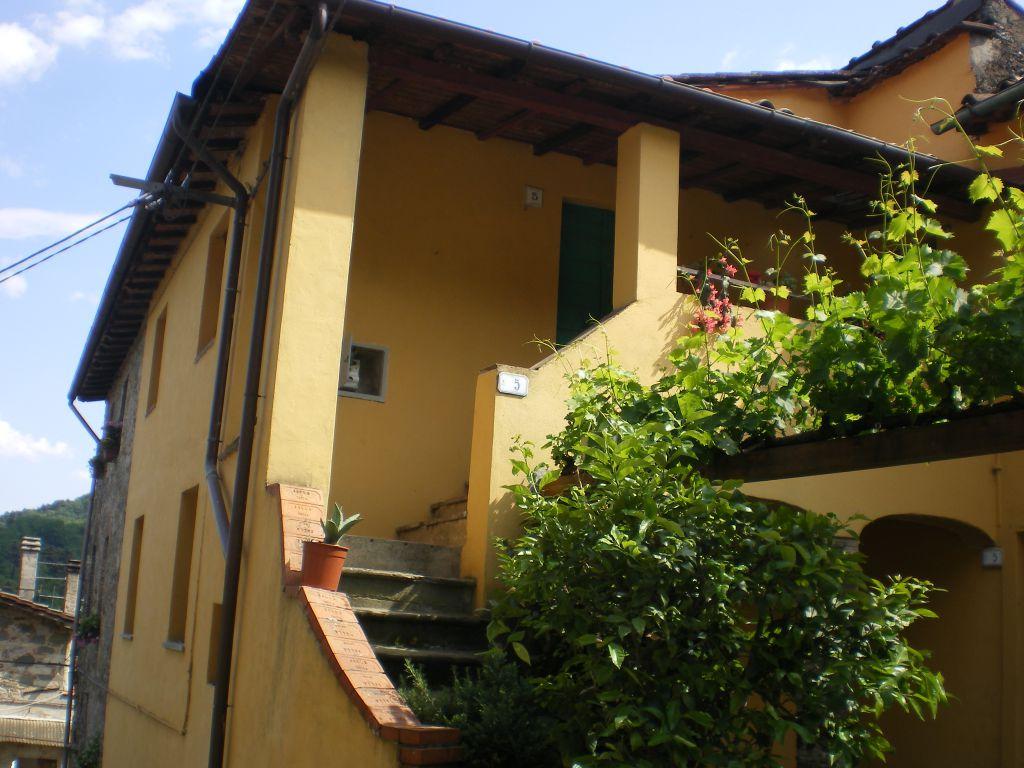 Soluzione Indipendente in vendita a Borgo a Mozzano, 8 locali, prezzo € 170.000 | Cambio Casa.it