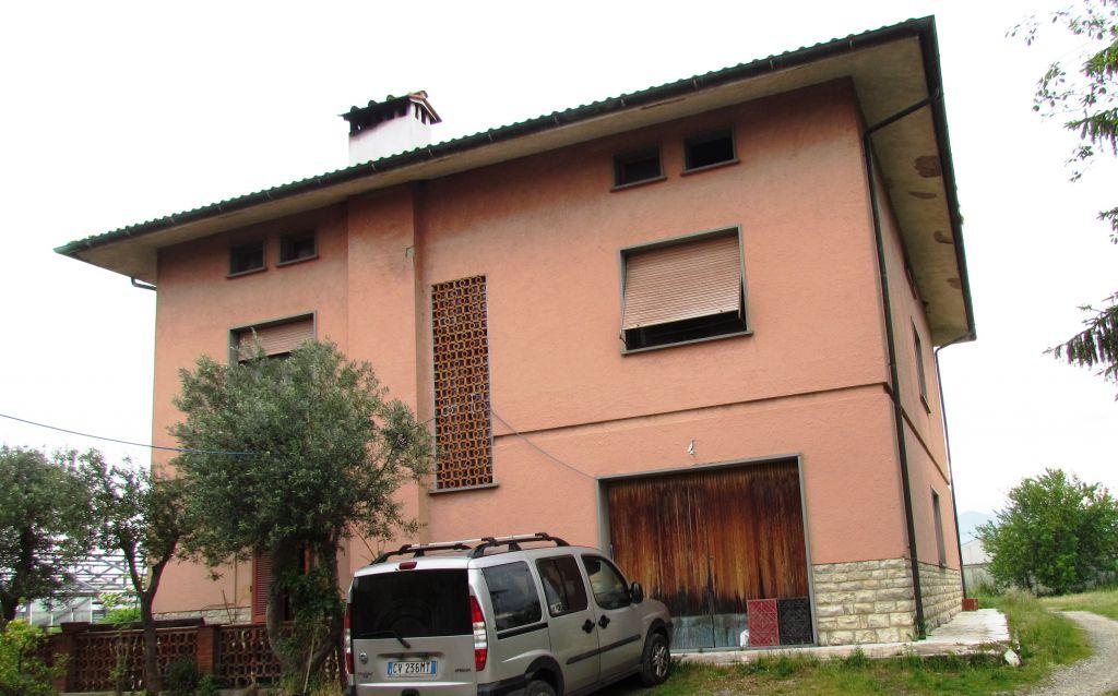IN VENDITA,proprietà  anche frazionata, con terreno di 12.000 mq capannone di circa 320 mq e abitazione suddivisa in 2 appartamenti di oltre 300 mq per complessivi 15 vani ABITABILE Rif. 4770666