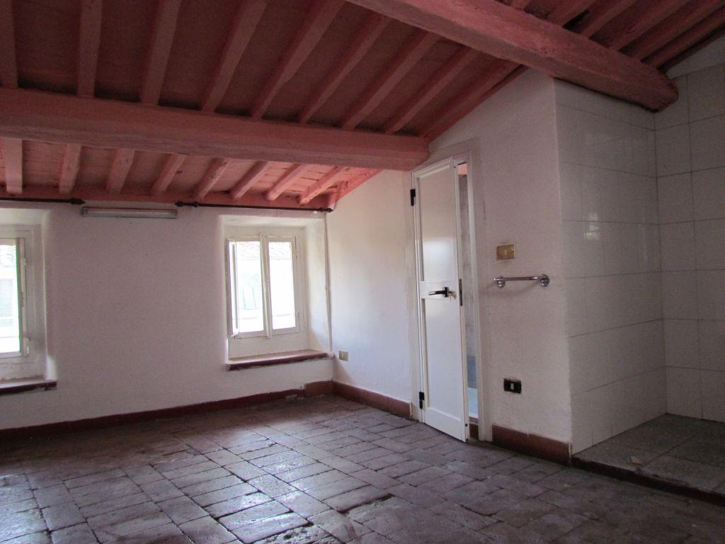 Appartamento in vendita a Lucca, 4 locali, zona Località: CENTRO STORICO, prezzo € 160.000 | Cambio Casa.it
