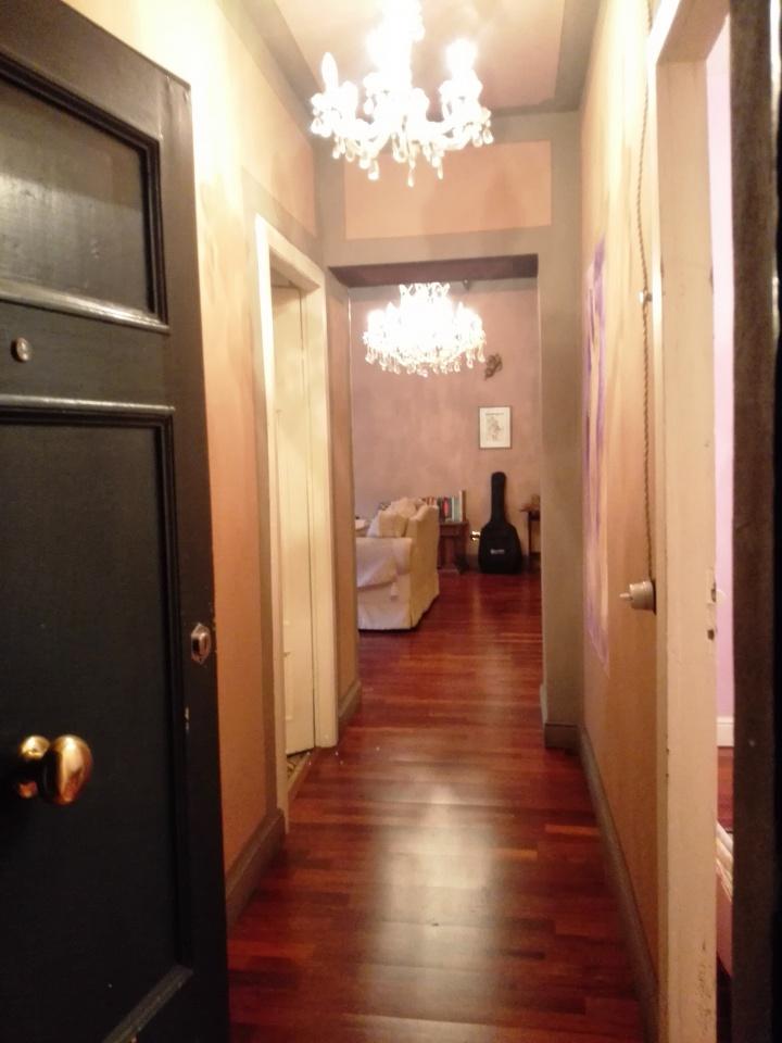 BAGNI DI LUCCA- FRAZIONE DI PONTE A SERRAGLIO appartamento posto al primo piano in buone condizioni di manutenzione, si compone di ingresso/soggiorno, cucina, 2 camere, bagno e ripostiglio. Corredato da resede privata con pavimenti in legno .