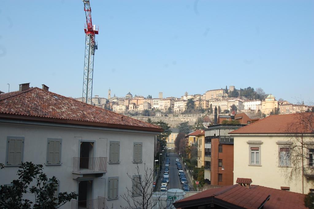 Appartamento in affitto a Bergamo, 4 locali, zona Località: CENTRALE, prezzo € 1.500 | Cambio Casa.it
