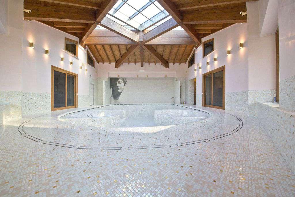 piscina coperta con acqua calda e thermarium, rivestiti completamente in bisazza.