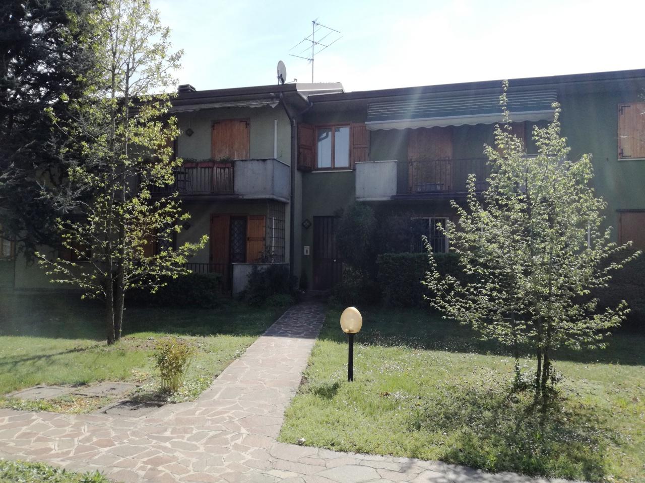 Appartamento in buone condizioni arredato in affitto Rif. 9990993