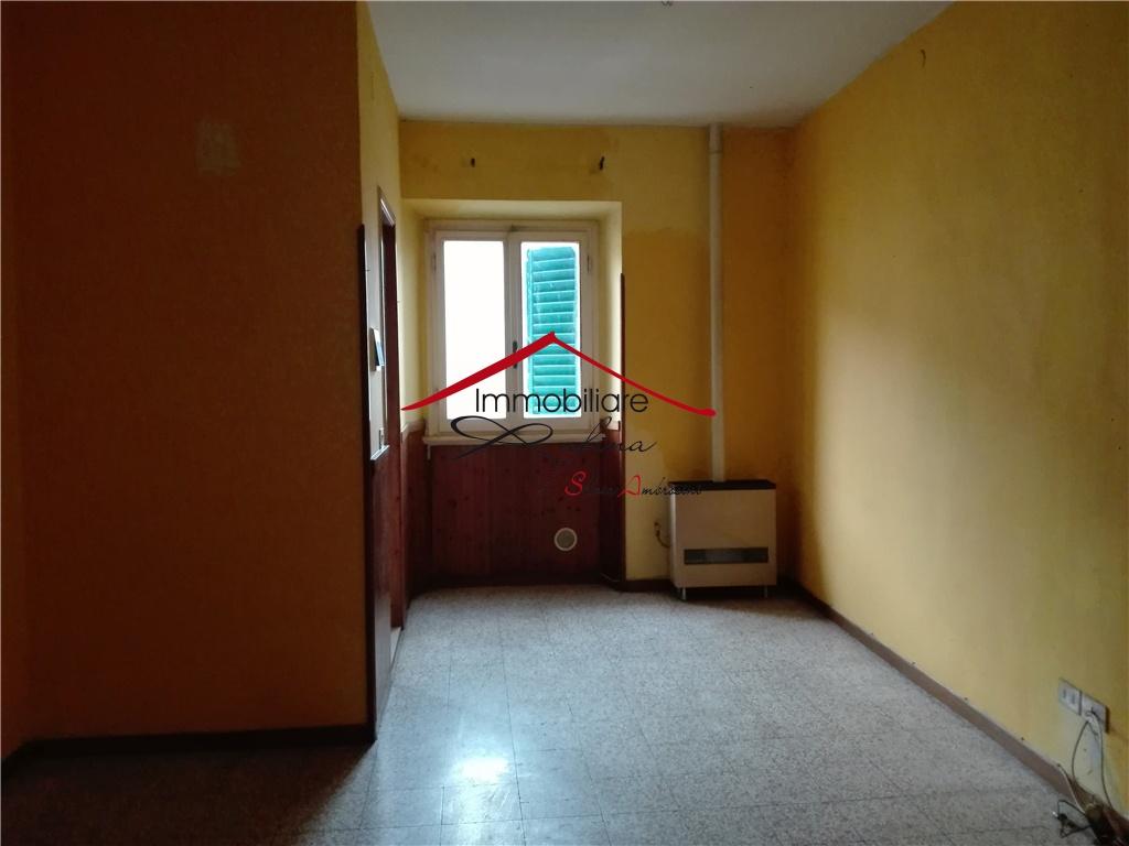 RUFINA. In palazzina bifamiliare proponiamo la vendita di appartamento di 2 vani (55mq) posto al primo ed ultimo piano, così composto: ampia zona giorno con camino, cucinotto, camera matrimoniale, bagno e veranda-lavanderia. Ottimo investimento.