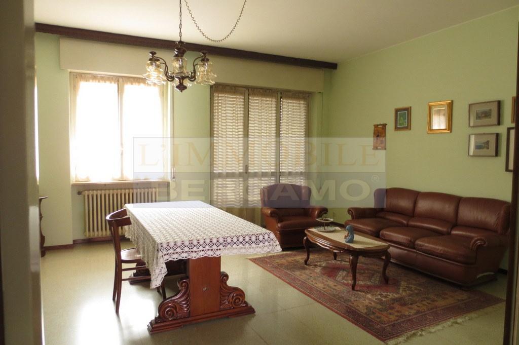 Appartamento in discrete condizioni in vendita Rif. 10089947