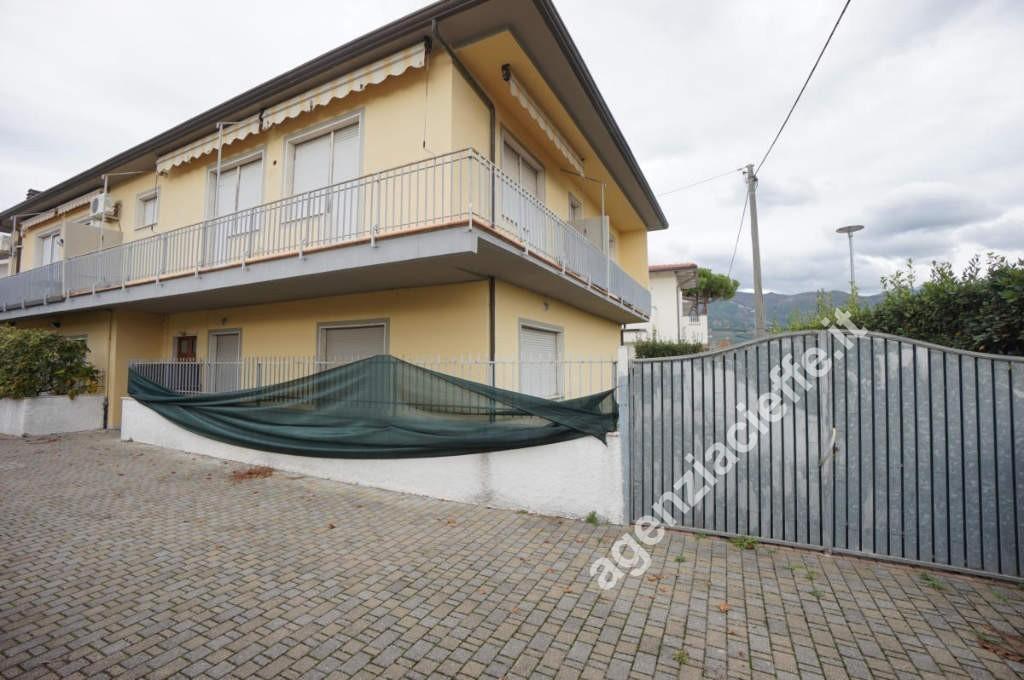 Cinquale, a poco più di 1 km dal mare della Versilia, si vende in piccola palazzina recentemente ristrutturata, ampio appartamento di circa 80 mq con giardino di 100 mq su tre lati
