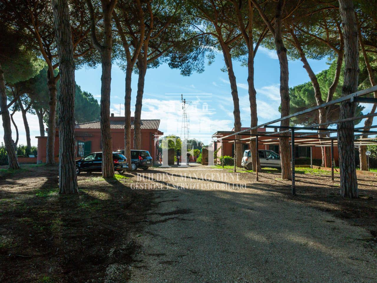 Aprilia, immersa in un parco di 1 ha. proprietà immobiliare composta da tre casali per un totale di mq 750, undici unità abitative. Ideale B&b o agriturismo. (5191)