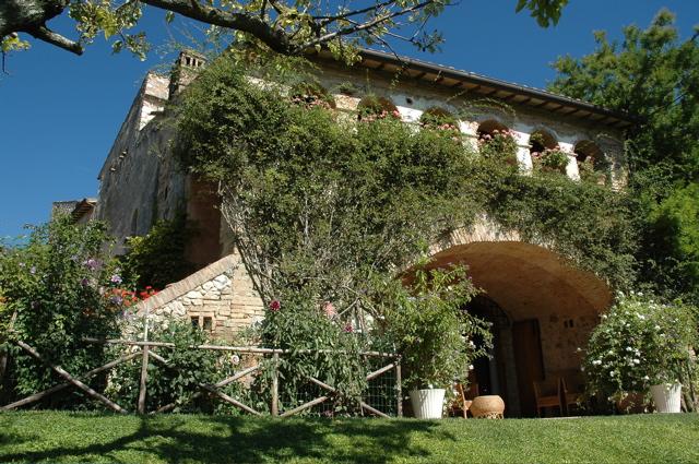 Palazzo / Stabile in vendita a Spoleto, 20 locali, Trattative riservate | CambioCasa.it