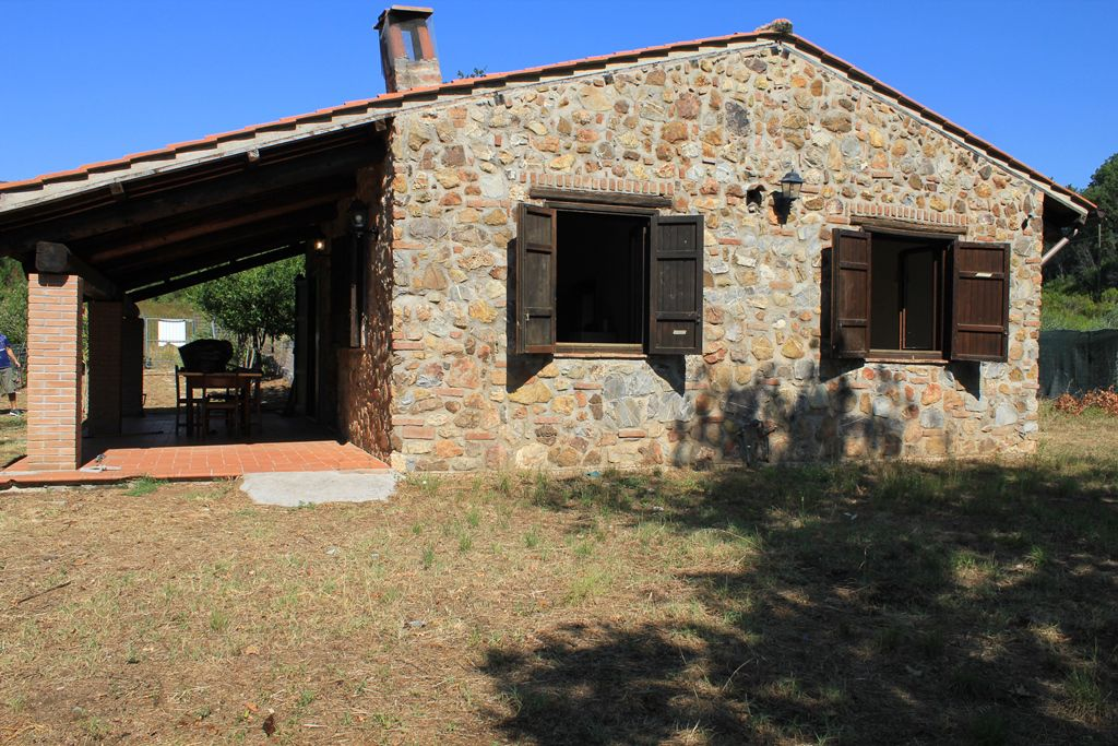Carattersitica casa di campagna in stle tipico toscano in pietra faccia vista composta da soggiorno cucina due camere e bagno. giardino. Terreno di 8 ha.