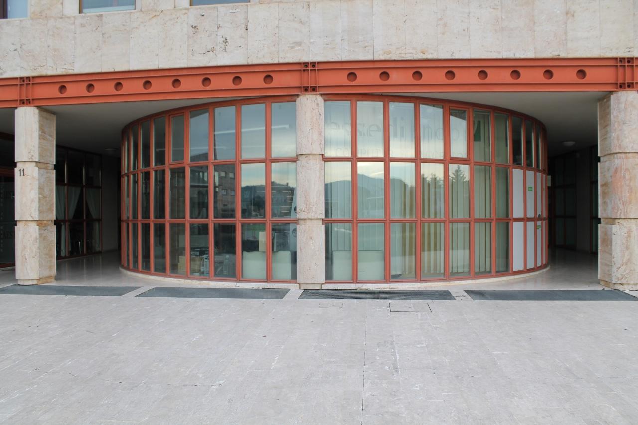 Vendesi fondo commerciale fronte strada, destinazione C1, con ampia vetrata e grande visibilità. Rif. 8969556