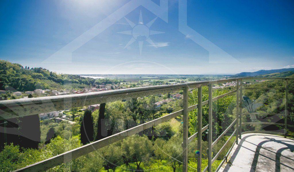 Villa in vendita a Massarosa, 8 locali, zona Località: COLLINA, prezzo € 550.000 | Cambio Casa.it
