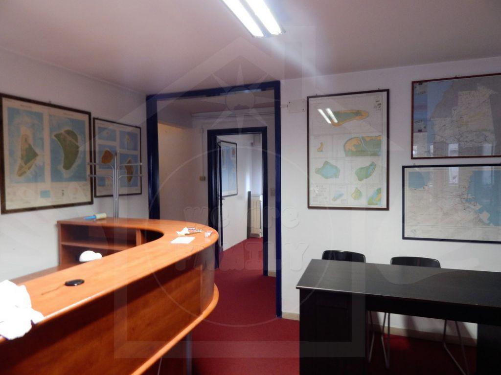 Ufficio / Studio in affitto a Camaiore, 4 locali, prezzo € 900 | Cambio Casa.it