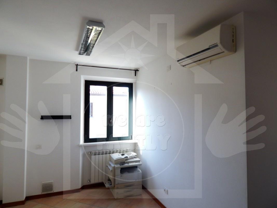 Ufficio / Studio in affitto a Camaiore, 3 locali, prezzo € 650 | CambioCasa.it